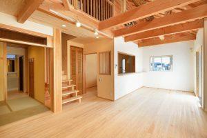 木と漆喰の家